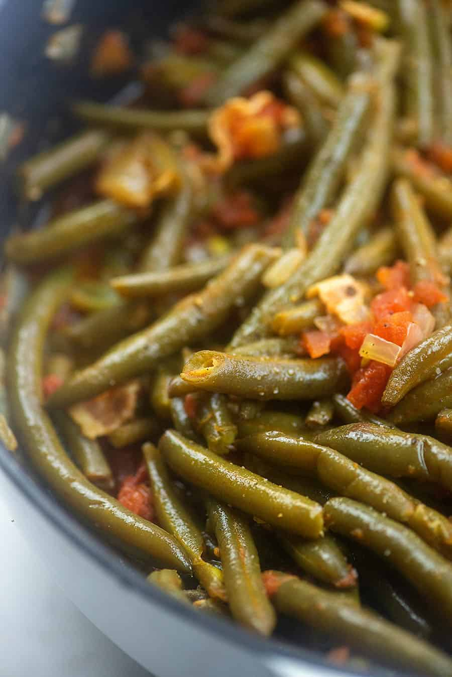 fresh green beans with bacon in skillet