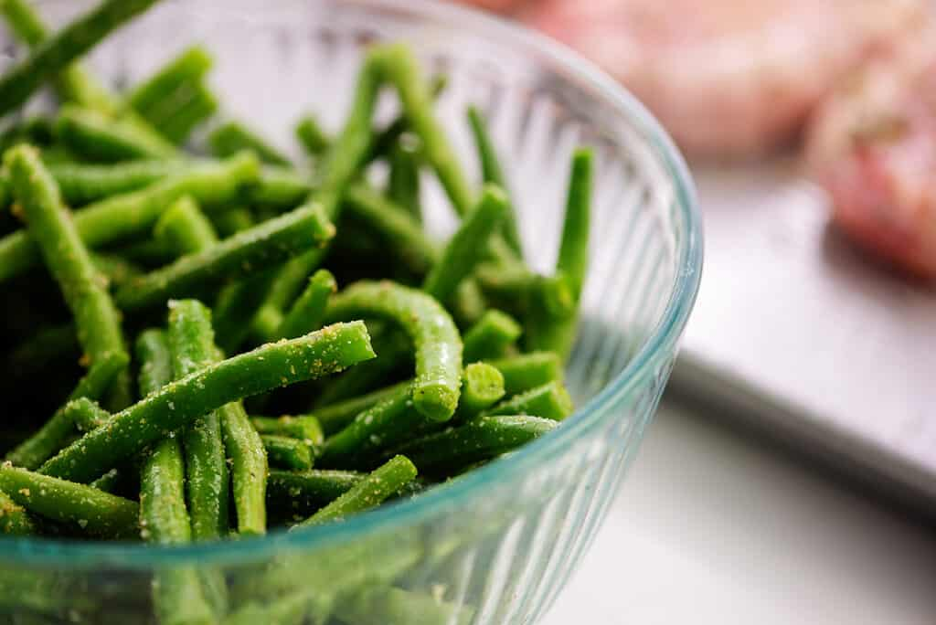 green beans in glass bowl.